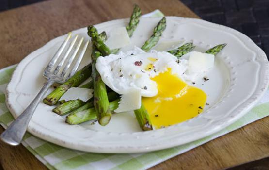 Szparagi na maśle z kremowymi jajkami