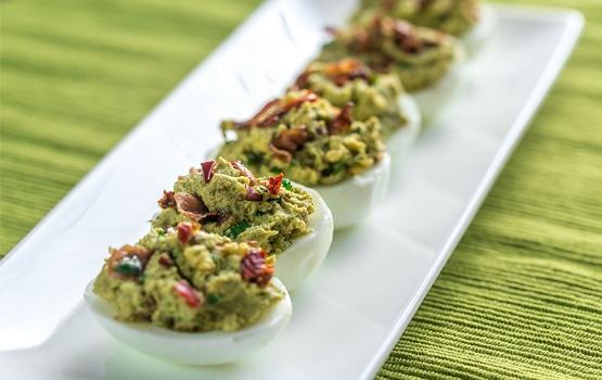 Łódeczki z jajek nadziewane awokado i boczkiem